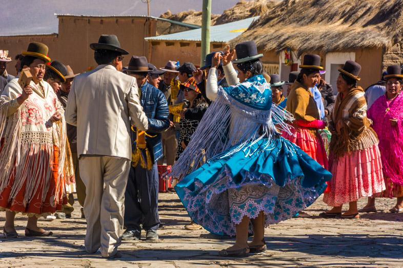 Cholitas Qui Dansent Dans Le Village De Sajama En Bolivie Avec Leurs Vêtements Traditionnels