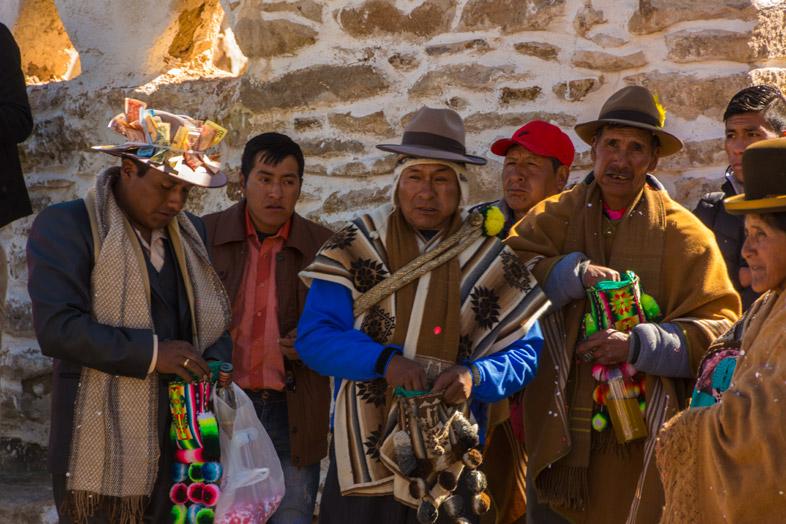 Les Boliviens Mastiquent De La Coca Dans Un Petit Village Des Andes