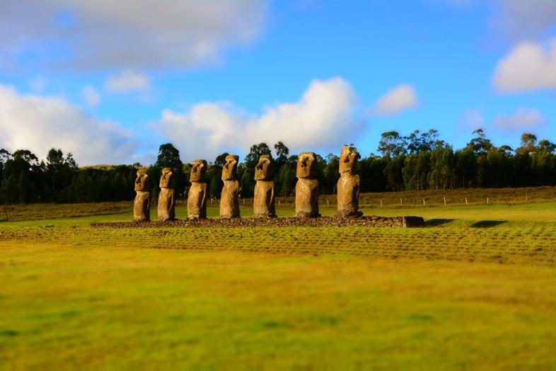 Moaïs De L'ahu Akivi Sur L'île De Pâques Pendant Le Coucher De Soleil