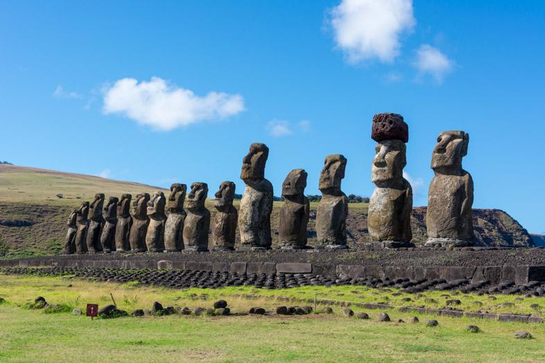 Quinze Moaïs De L'ahu Tongariki Vu De Côté Sur L'île De Pâques