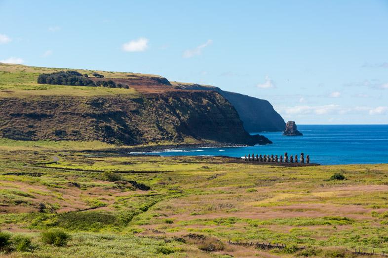 Vue De Loin Sur L'ahu Tongariki, Le Plus Grand Ahu De L'île De Pâques