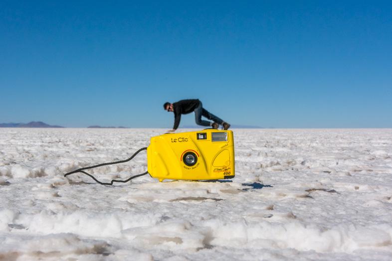 Lucas Sur Son Appareil Photo Dans Le Desert De Uyuni En Bolivie