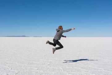 Timothée Vole Comme Superman Dans Le Desert De Sel De Uyuni En Bolivie Postshow
