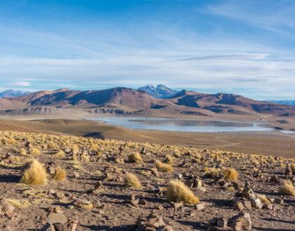 Vue Sur Les Montagnes Et La Lagune Dans Le Désert Bolivien Du Parc Eduardo Avaroa Postshow