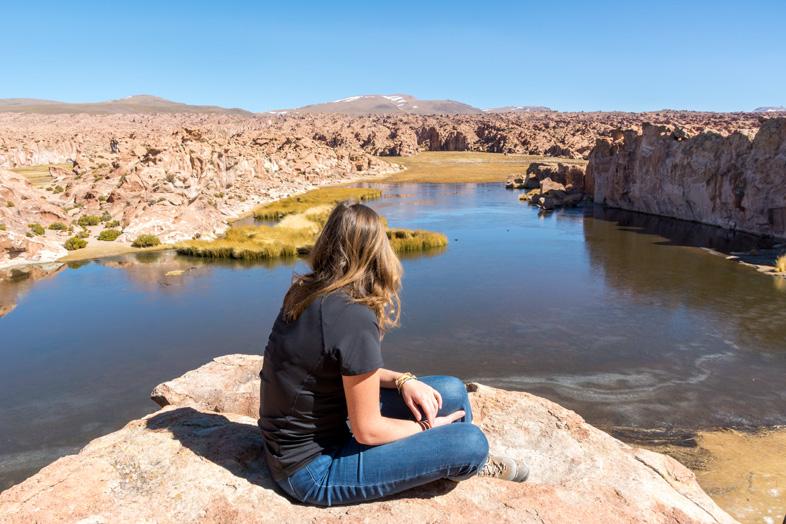 Cécilia Pose Devant La Laguna Negra Dans Le Sud Lipez En Bolivie