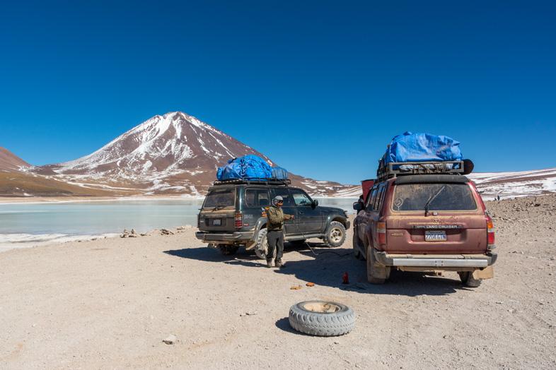 Réparation De Jeep Pendant Le Tour De Uyuni Avec Le Volcan Licancabur En Fond