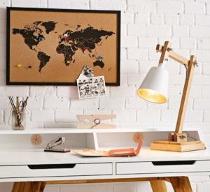 photo d'un bureau avec une carte du monde en liège suspendue devant