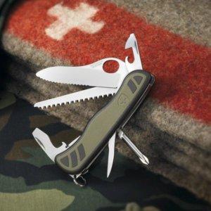 Couteau De L'armée Suisse Victorinox sur une couverture et un tapis treilli