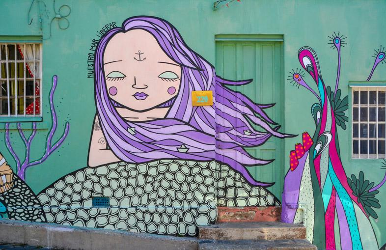 Graffiti Dans Les Rues De Valparaiso Avec Une Jeune Femme
