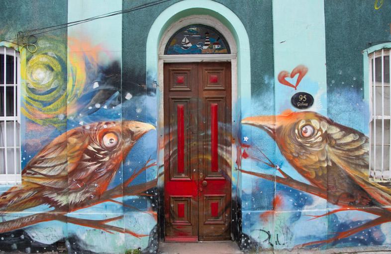 Immeuble Et Sa Porte Avec Des Tags à Valparaiso