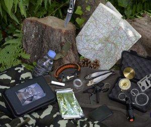photo des différents outils du kit de survie de poche pour voyager