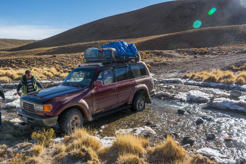 La Jeep Du Tour Organisé Pour Uyuni S'est Embourbée Dans Une Rivière Glaciale