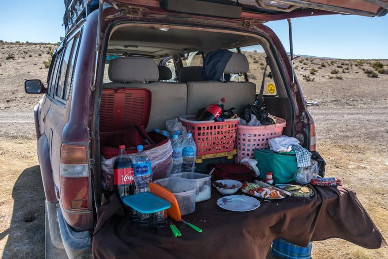 La Pause Pique Nique Arrière De La Jeep Pendant Le Tour Organisé à Uyuni En Bolivie