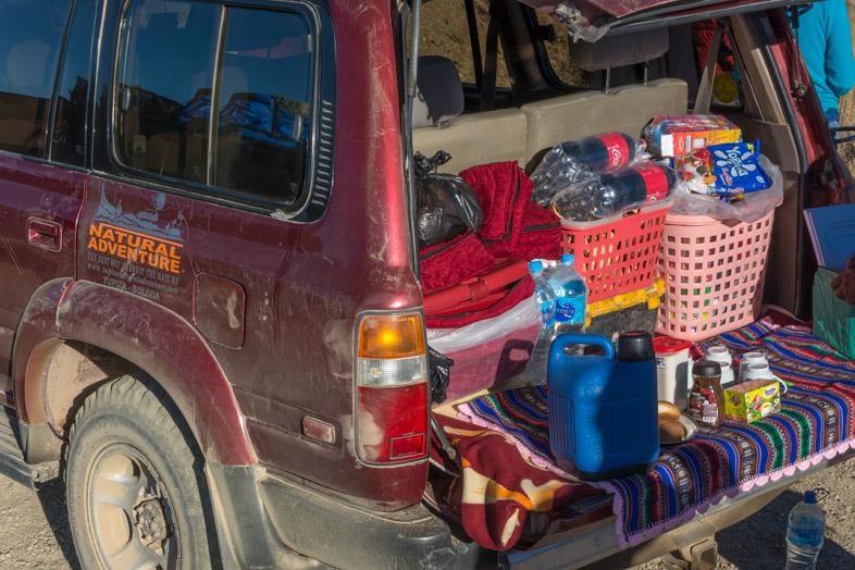 Petit Déjeuner à L'arrière D'une Jeep Pendant Une Excursion Dans Le Sud Lipez Et Uyuni En Bolivie