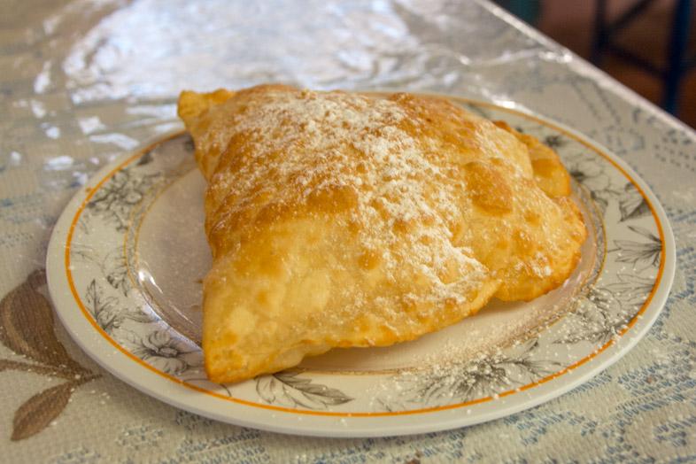 Un Pastel En Bolivie Comme Une Empanada Très Fine Avec Du Fromage Et Saupoudrée De Sucre Glace