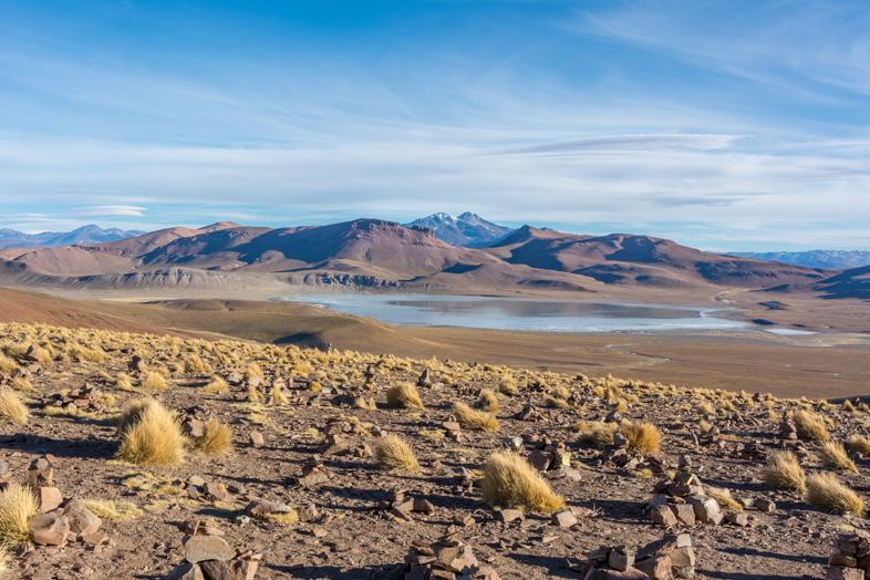Vue Sur Les Montagnes Et La Lagune Dans Le Désert Bolivien Du Parc Eduardo Avaroa