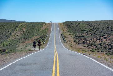 Deux Gauchos à Cheval Alors Que Nous Faisons Du Stop Sur La Route Postshow