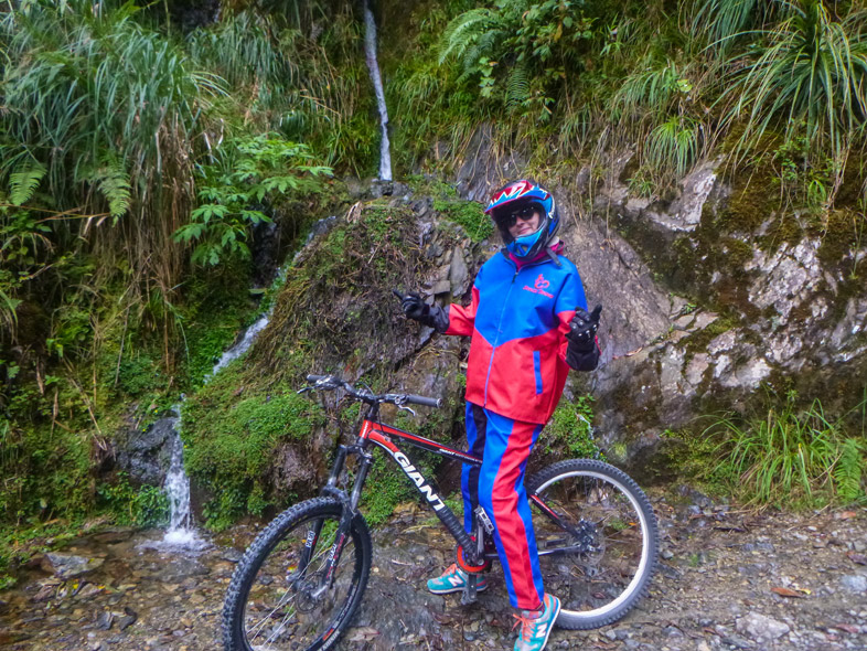 Cécilia Pose En Bolivie Avec Son Vtt Sur La Route De La Mort