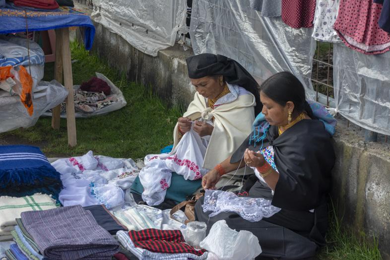 Des Femmes D'otavalo Brodent Des Vêtements Traditionnels Equatoriens