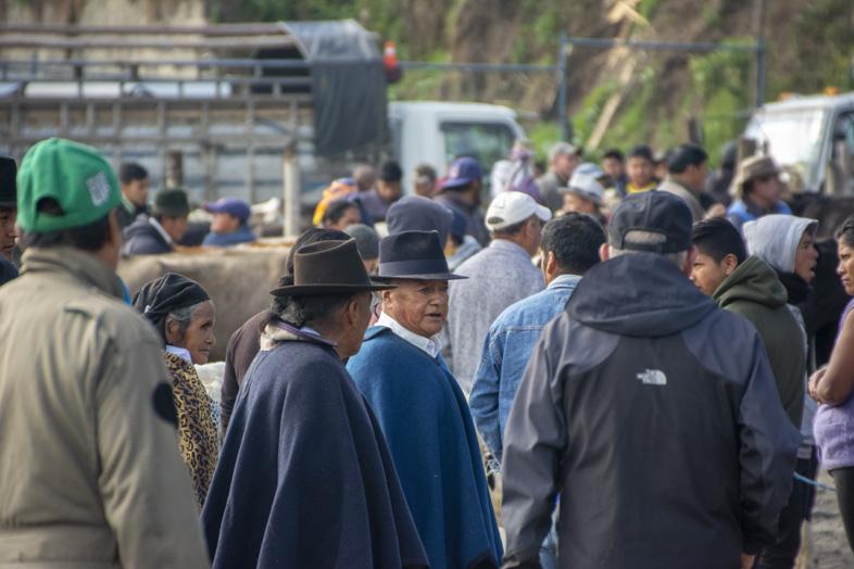 Des Hommes De La Ville D'otavalo Habillés De Manière Traditionnelle En Equateur
