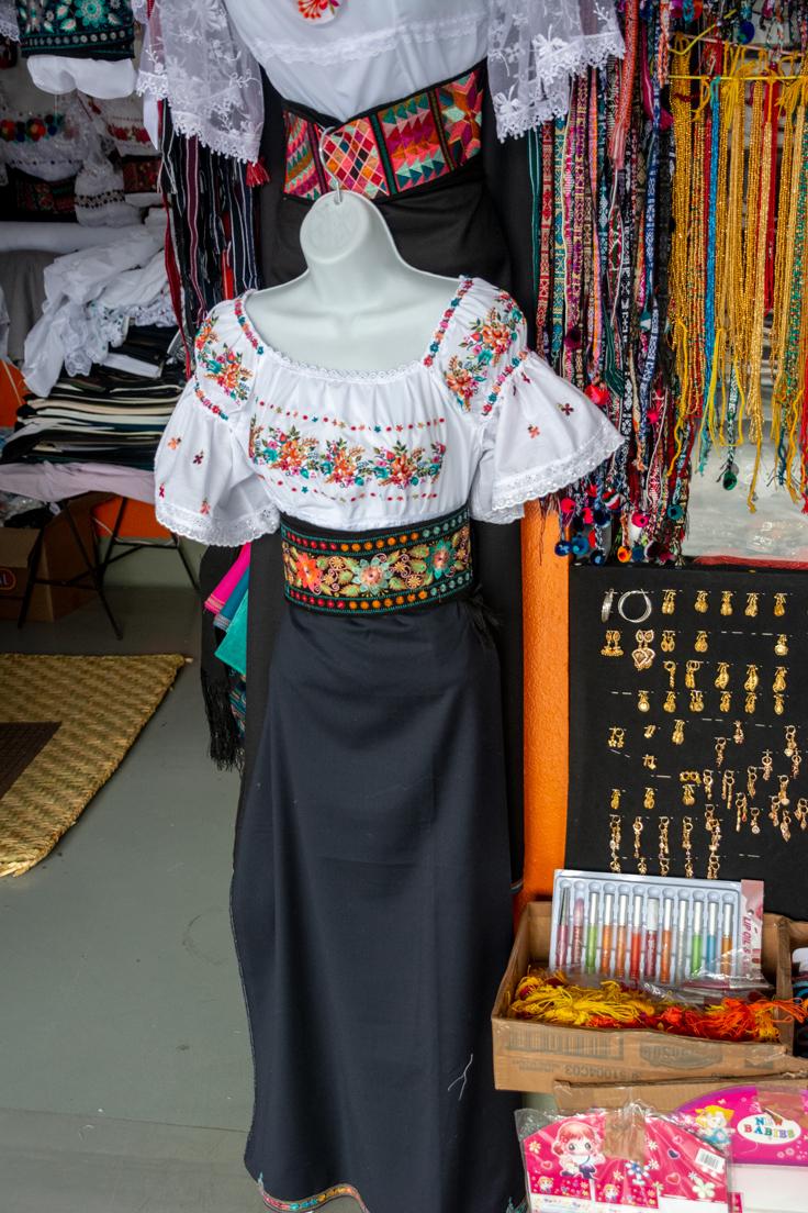 Tenue Vestimentaire Traditionnelle D'otavalo Pour Femme Sur Un Mannequin En Equateur