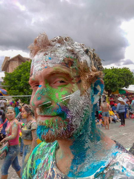 Tim Plein De Peinture Dans La Barbe Au Carnaval De Cajamarc Au Pérou