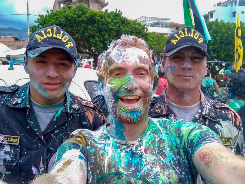 Tim Pose Avec Les Policiers Pleins De Peintures Au Carnaval De Cajamarca