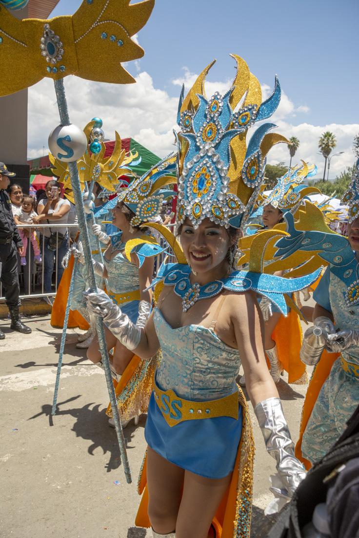 Costume Bleu Et Très Brillant D'une Femme Au Pérou à Cajamarca