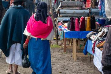 Couple D'habitant Des Environs D'otavalo En Equateur Au Marché Postshow