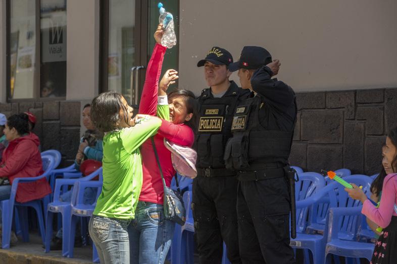 Des Pistolets à Eau Sont Utilisés Par Les Enfants Pendant Le Carnaval