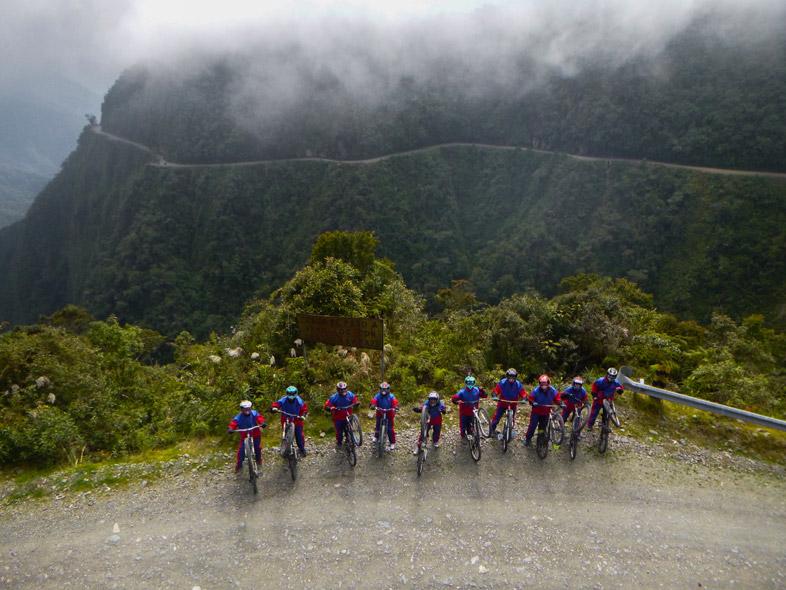 Groupe De Cyclistes Sur La Route De La Mort En Bolivie