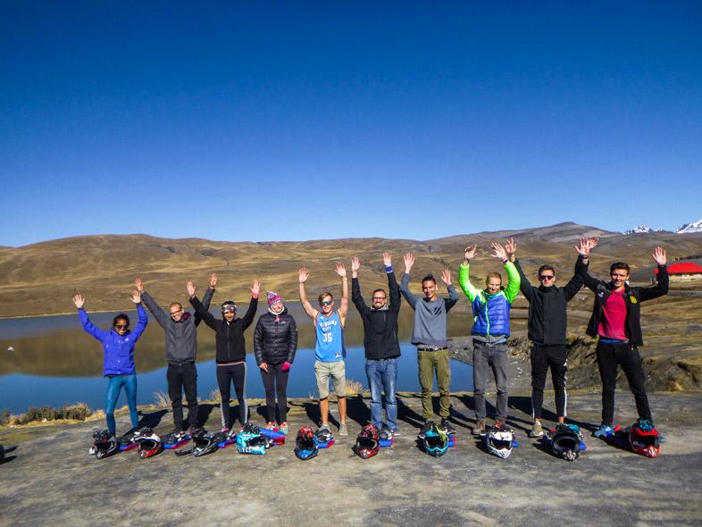 Groupe De Touristes Avant De Descendre La Route De La Mort En Bolivie