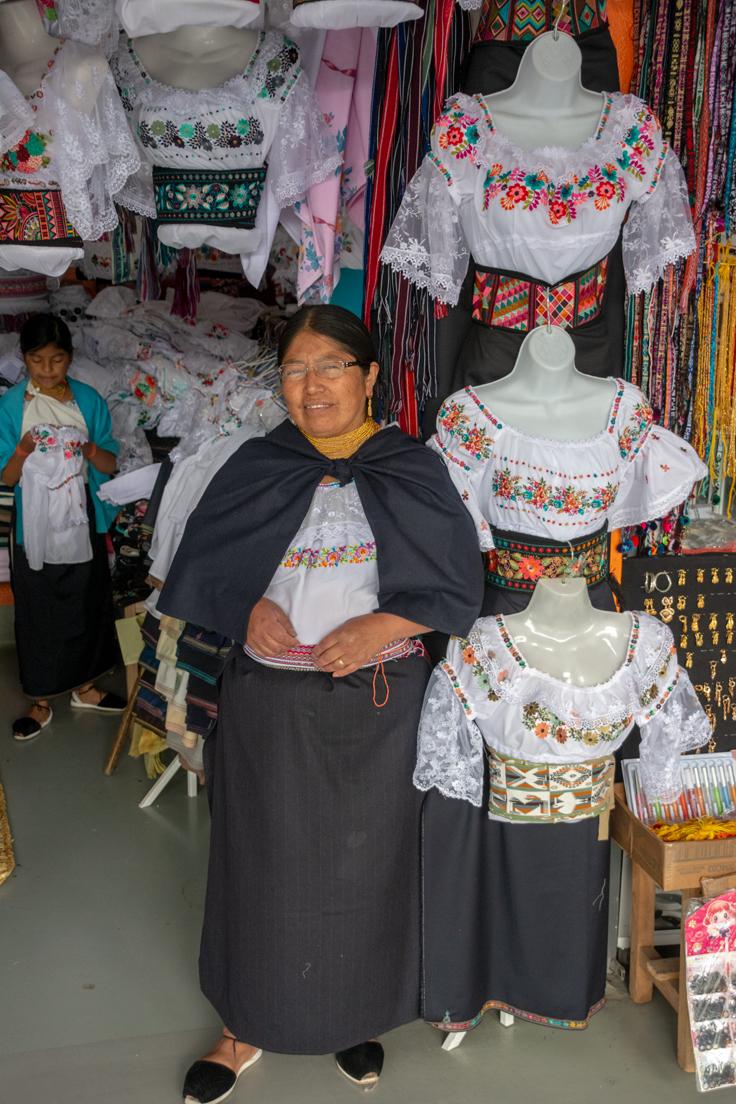 Habitante Et Artisan D'otavalo Brode Des Vêtements Et Les Vend Au Marché Municipal Ecuador