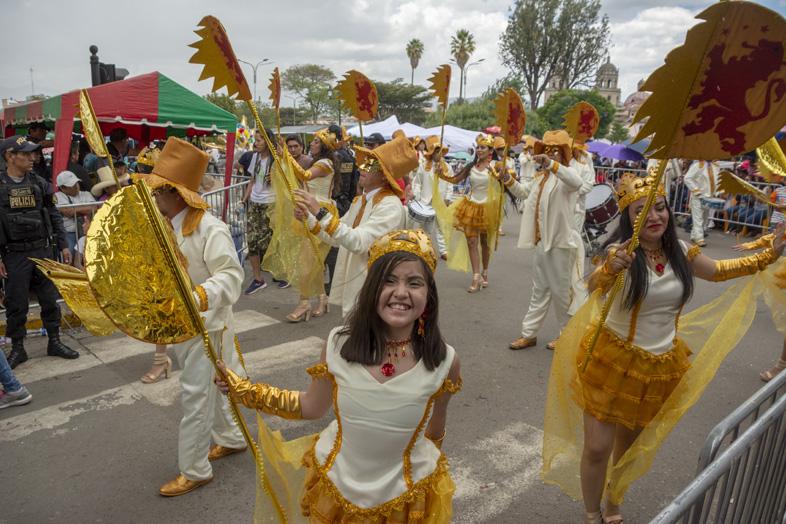 Les Enfants Et Les Adultes Participent Au Carnaval De Cajamarca