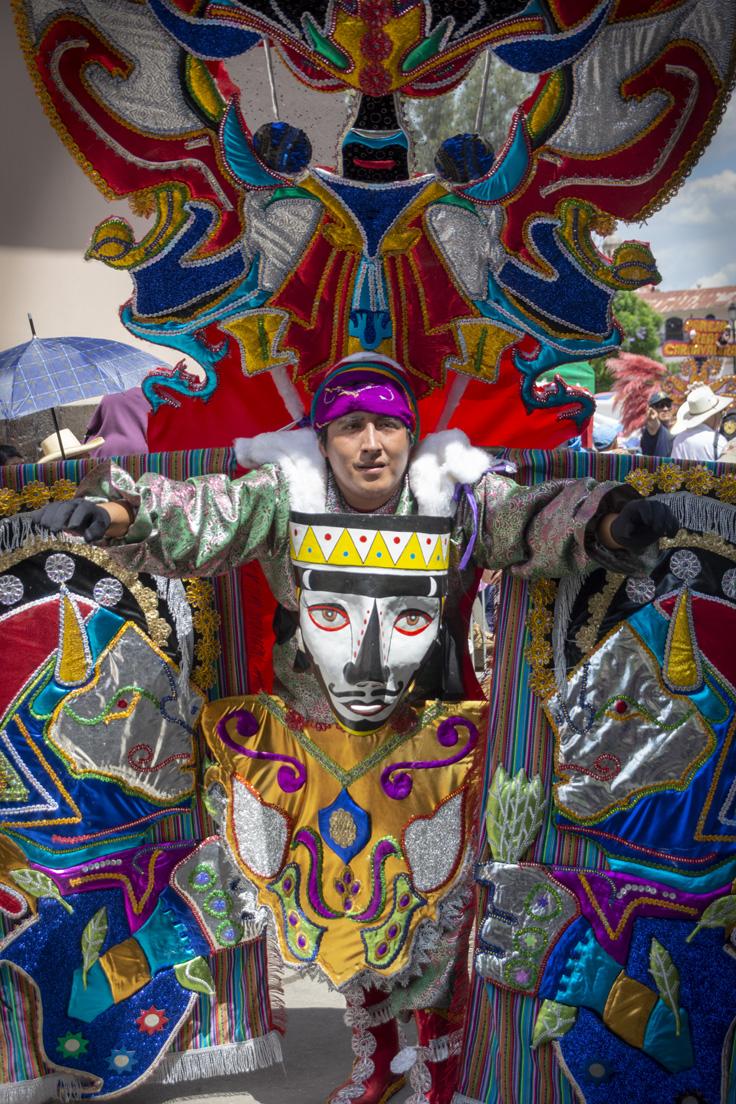 Masque Brillant Et Un Costume Coloré Au Carnaval De Cajamarca