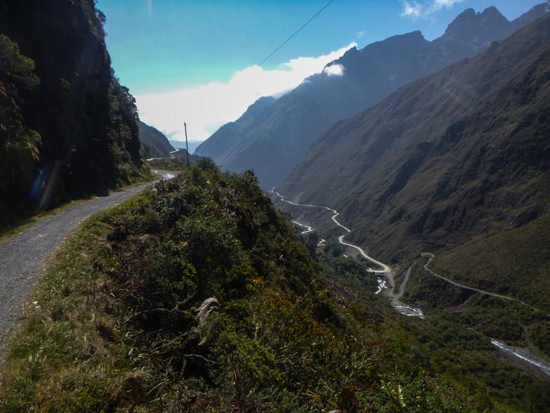 Partie étroite De La Route De La Mort En Bolivie Avec Le Vide