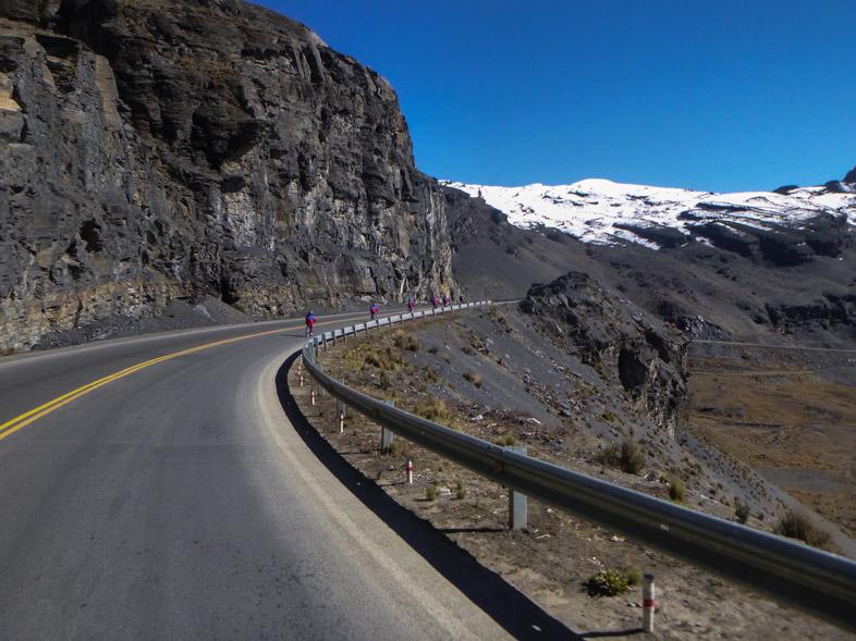 Portion De La Route De La Mort Bolivienne Avec Asphalte