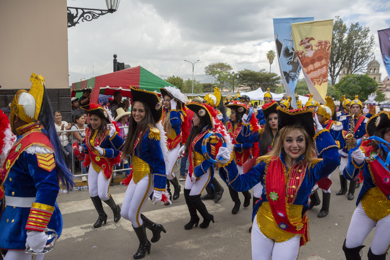 Un Groupe Déguisé En Pirate Au Carnaval