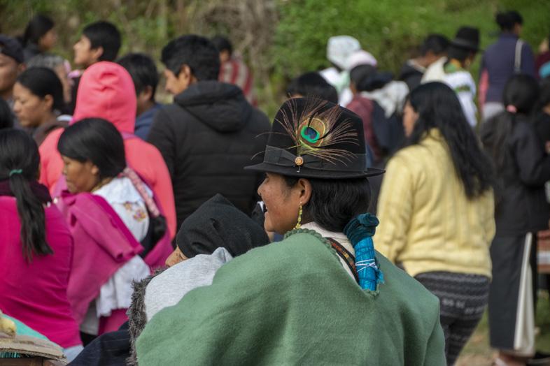 Une Femme En Tenue Traditionnelle Et Son Chapeau à La Plume De Paon à Otavalo