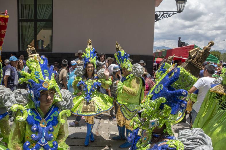 Une Troupe De Danseurs Et Des Musiciens Pendant Les Festivités Du Carnaval