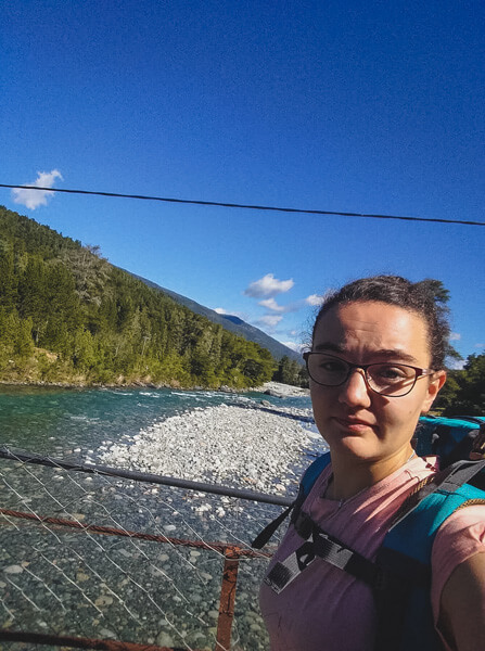 Margaux Sur Un Pont Pres Du Cajon Del Azul A El Bolson