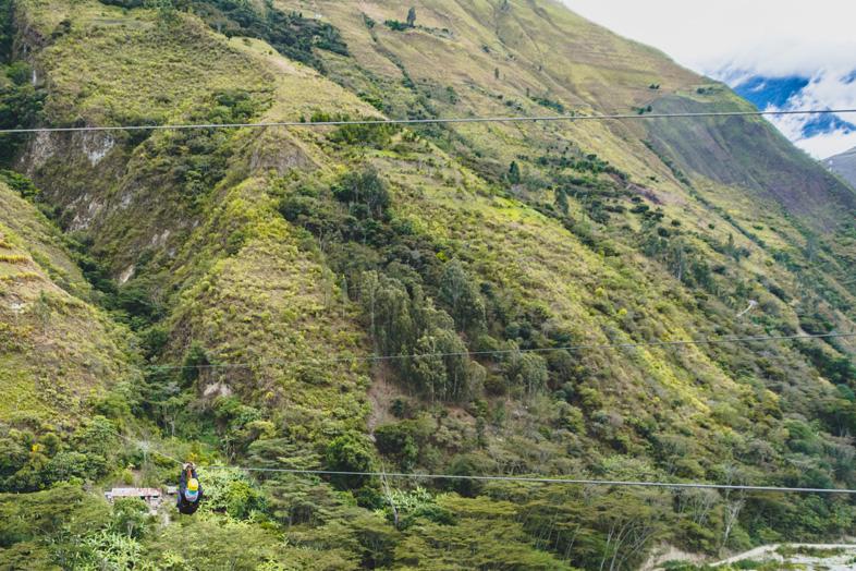 Tim Sur Une Tyrolienne Près Du Machu Picchu