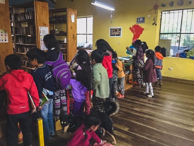 Les Enfants Qui Empruntent Des Livres à La Bibliothèque De L'association