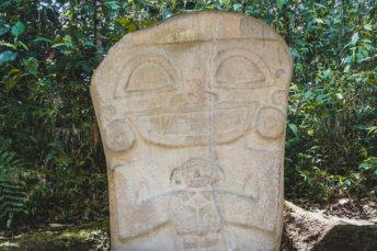 Statue Tenant Un Enfant A San Agustin En Colombie Postshow