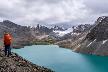 Le Lac Avec Un Randonneur Ala Kul au Kirghizistan
