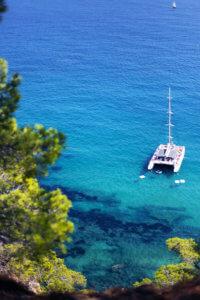 Vue D'un Catamaran Dans Un Crique De La Costa Brava En Espagne