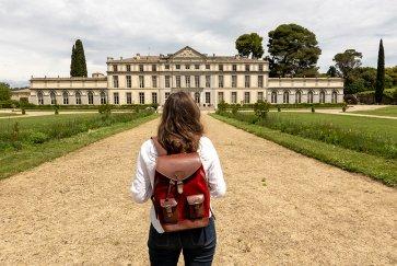 Cécilia Au Chateau De Pennautier Avec Son Sac à Dos Pachamama