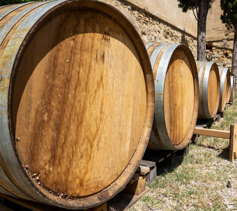 Tonneaux En Chêne Pour Le Vin Au Chateau De Luc Famille Fabre