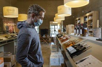 Tim Achète Du Vin Au Chateau De Pennautier En Occitanie